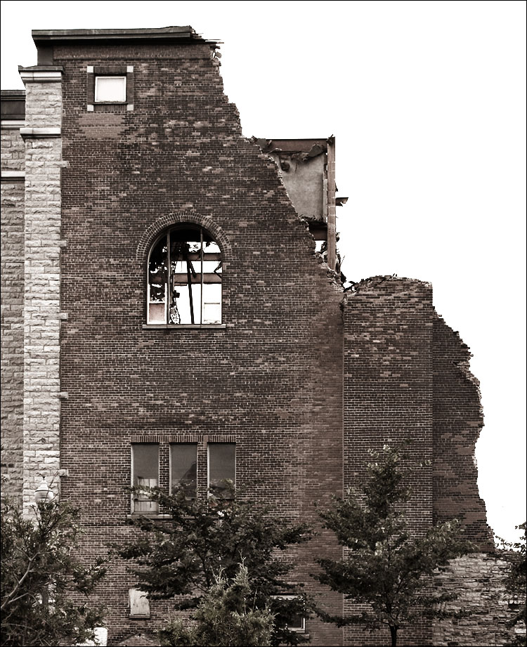 Quebec broken wall 01