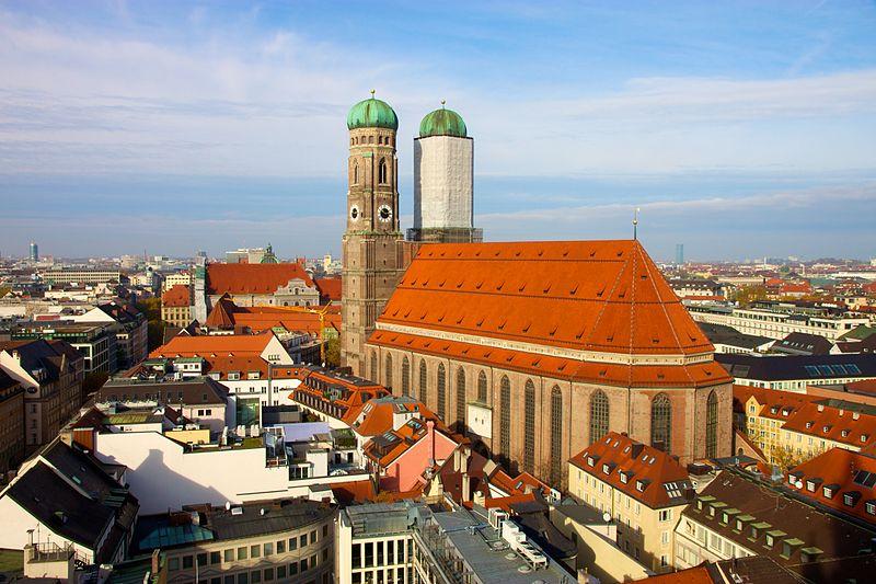800px munich frauenkirche from neues rathaus