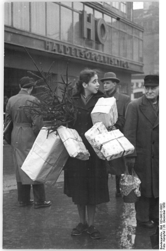 Bundesarchiv bild 183 09012 0002  berlin  stra enszene  weihnachtseinkauf